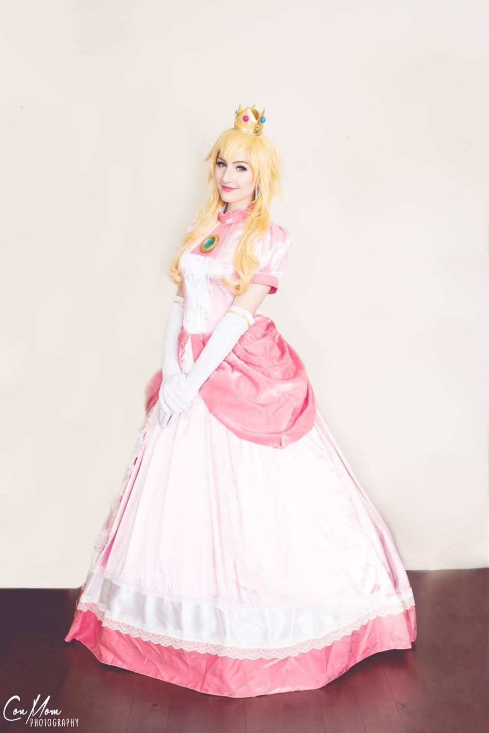 Luxlo Cosplay as Princess Peach 2